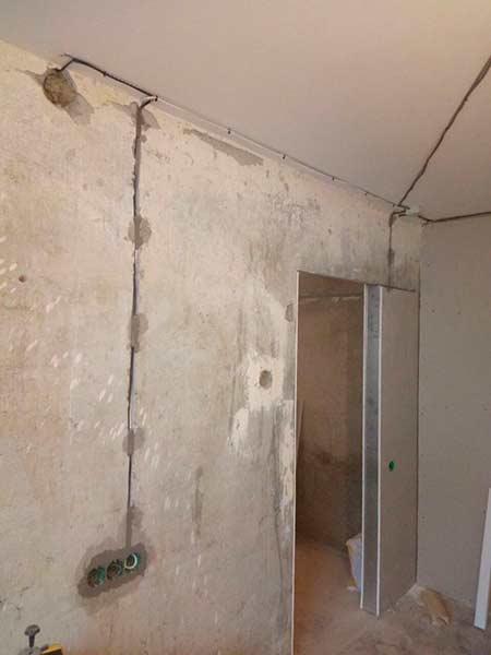 Промер прокладки кабеля по стенам и потолку в хрущевке