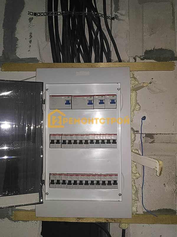 Фото монтажа электрощита в доме СПБ